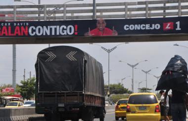 Barranquilla.Óscar David Galán, candidato al Concejo, tiene esta valla en el puente peatonal del barrio Los Olivos con Circunvalar.