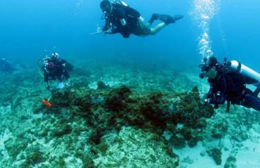 Arqueólogos subacuáticos durante la exploración del Bajo de Salmedina, en Cartagena.