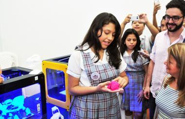 Una estudiante muestra a la alcaldesa Elsa Noguera y al secretario de Educación, Dagoberto Barraza, los objetos que pueden desarrollar con estas impresoras en 3D.
