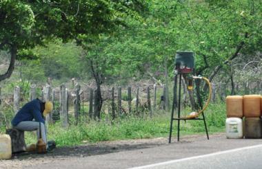 Sobre la vía hay escasos vendedores. La falta de combustible dan para echar un sueño.