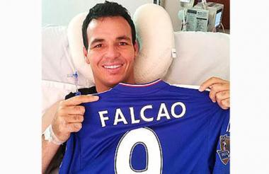 El portero Alexis Viera con la camiseta de Falcao.
