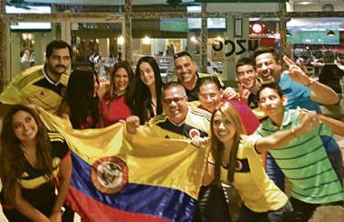 Hinchas de todas las nacionalidades, especialmente colombianos y peruanos, disfrutaron el partido desde el sector de Brickell, en Miami.