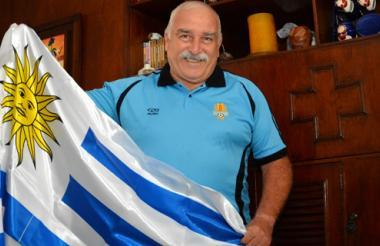 Carlos Ortega del Río, orgulloso con la bandera de su país.