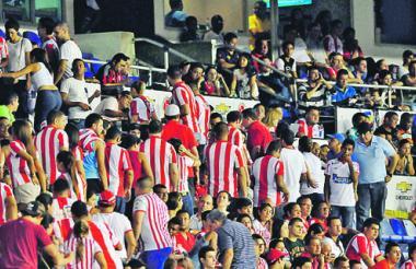 Hinchas del Junior saliendo el sábado pasado del estadio Metropolitano, durante el receso del partido contra Nacional.