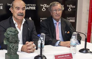 El presidente de la Academia de las Artes y Ciencias Cinematográficas de España, Antonio Resines (d), acompañado por el Director General de la Academia de cine, Porfirio Enríquez (d), durante la firma de un acuerdo de renovación con Saphir Parfums como patroninador oficial de la Gala de los Premios Goya.