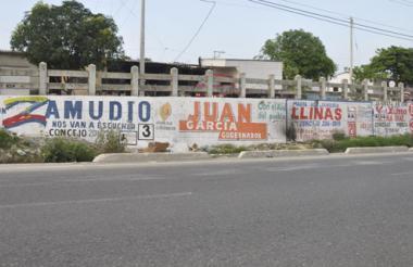 Publicidad de varios candidatos al Concejo en el tramo de la Circunvalar con 46E.
