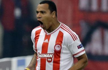 Pipe Pardo celebra uno de los tantos que anotó con el Olympiakos en la Champions.