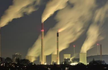 Columnas de humo de las chimeneas de la central térmica de carbón de EON en Gelsenkirchen, Alemania.