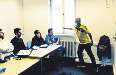 Jaime Beck, en un momento de la clase, frente a sus alumnos.