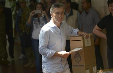 Mauricio Macri depositando su voto.