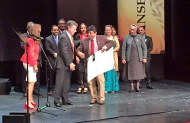 Momento en que el  Instituto Alexander Von Humboldt recibía el premio de manos de Santos y Parody.