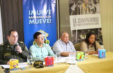 En la rueda de prensa aparecen el coronel Juan C. Nieto; Roberto Pérez, secretario de Gobierno; Luis Pulido, secretario de Movilidad y Eloina Goenaga, jefe de Salud Ambiental.