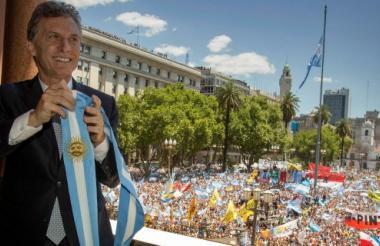 Mauricio Macri sostiene la banda presidencial en el balcón de la Casa Rosada, en Buenos Aires.