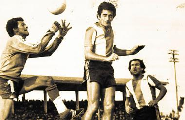 Juan Ramón 'la Bruja' Verón intenta cabecear en un partido del torneo de 1977.
