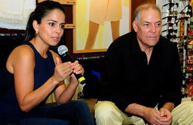 La periodista caleña Claudia Palacios, junto a su colega Manuel De la Rosa.