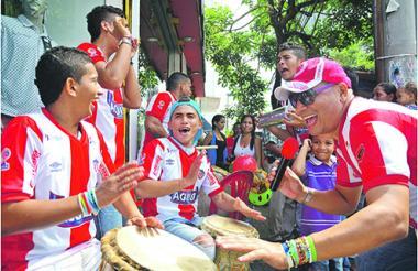 El grupo de millo Sabor Quillero, con composiciones propias dedicadas al Junior llenaban de mucha alegría carnavalera el centro de Barranquilla.