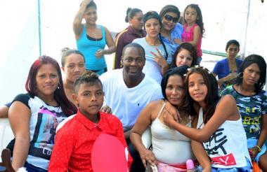 Édgar Rentería posa rodeado de algunas de las reclusas de la cárcel El Buen Pastor de Barranquilla.