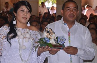 La gestora social Basilicia Epieyú y el nuevo alcalde de Riohacha, Fabio Velásquez, en la misa ofrecida en la Catedral Nuestra Señora de los Remedios.
