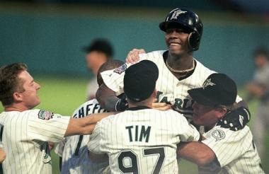 Festejando el hit de oro en la Serie Mundial de 1997.
