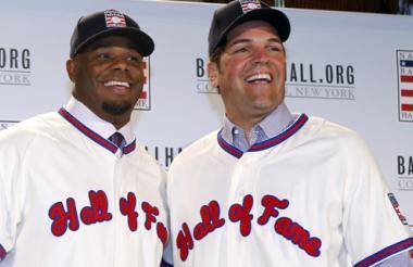 Griffey Jr. y Piazza con el jersey del Salón de la Fama.