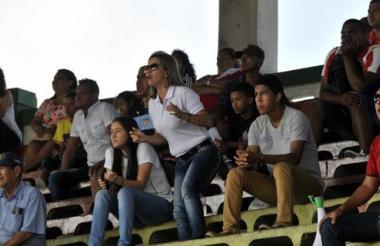 Rosiris Pérez hace fuerza por el equipo de su hijo, junto a su familiar Saría Calderón.