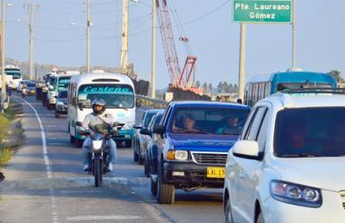 La Policía Metropolitana realiza operativos a la altura del puente Laureano Gómez en la vía que comunica a Santa Marta con Barranquilla, durante el festivo.