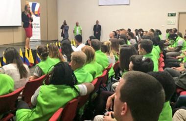 La ministra saludando a los 400 nativos extranjeros que se vincularon al programa Colombia Bilingüe.