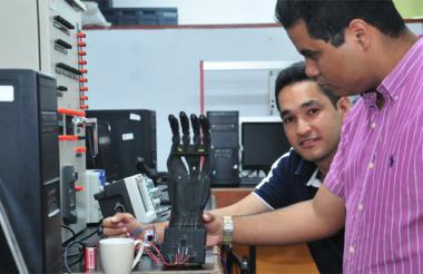 Los ingenieros Barrios y Domínguez explican cómo funciona la mano a través de los impulsos eléctricos.