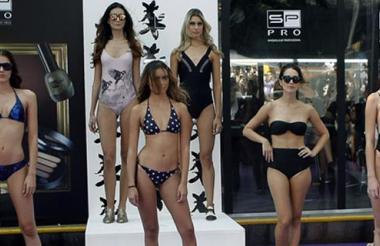 Un grupo de modelos desfila vestidos de baño de la diseñadora Aleja Radi.