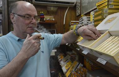 Doménico Airaudo con su inseparable tabaco, del que dice viene envuelto en hoja natural, no se aspira y no contiene químicos.