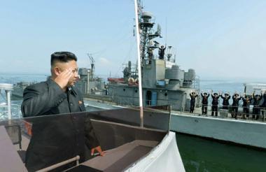 El líder norcoreano Kim Jong saluda a personal de la Armada de su país. Fijó a la isla de Baengnyeong como su primer objetivo ante una posible guerra con Corea del Sur.