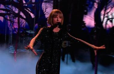 Taylor Swift abrió la gala con la interpretación de 'Out of thw woods'.