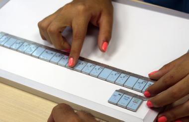 Andrea usa el tablero magnético del Kit Navarro para estudiar la musicografía.