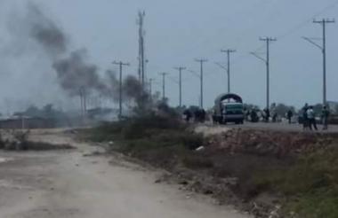 En medio de la hilera de vehículos por el bloqueo se observa una nube de humo.