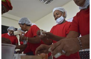 Cocineras del municipio de Luruaco, Atlántico, sirviendo sus dulces típicos.