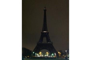Así lució la torre Eiffel apagada para apoyar la Hora del Planeta, iniciativa promovida por el Fondo Mundial para la Naturaleza (WWF).