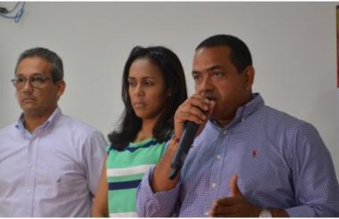El gerente de ASAA, William García, la secretaria de Obras, Yubitza Pimienta, y el alcalde de Riohacha, Fabio Velásquez, en la rueda de prensa.