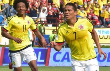 Carlos Bacca celebra su primer gol ante Ecuardor en Barranquilla.