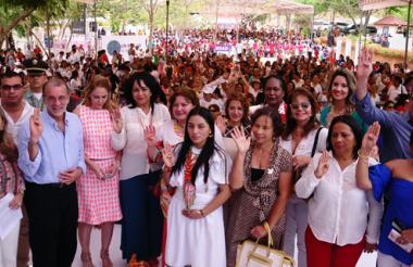 Mujeres partícipes de la cumbre y funcionarios públicos posan para la foto.