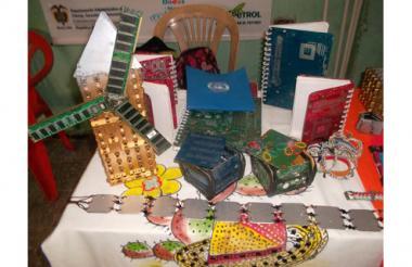Libretas, pulseras, cinturones y cofres, hechos con 'boards', carcasas y cables de PC.