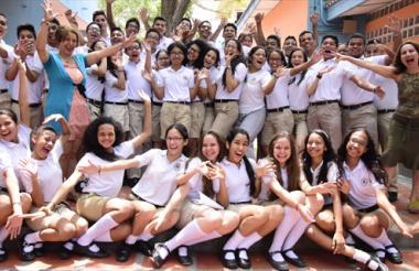 El grupo de estudiantes de décimo grado que recibirán reconocimiento internacional por estudios en francés.
