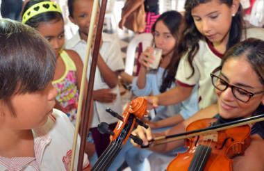 Ángela María Martínez con niños del programa.