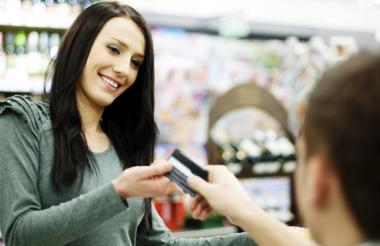 Mujer recibiendo tarjeta de crédito en el banco.