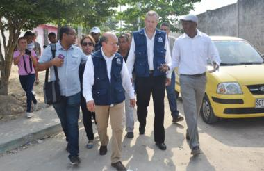 El defensor del Pueblo, Alfonso Cajiao, recorre con algunos miembros y líderes de  la  comunidad las calles del barrio La Chinita.
