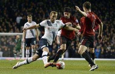 Harry Kane (i) de Tottenham disputa el balón con Claudio Yacob (c) de West Bromwich Albion.