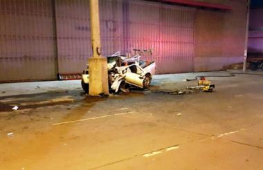 Foto del carro impactado contra un poste en la Vía 40.