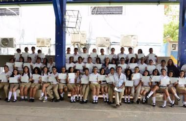 Los 53 estudiantes posan con el diploma que recibieron durante la ceremonia.