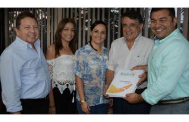 Damián García, Katiuska Antequera y Luis Tapia, de la Universidad de Norte, con el gobernador de Sucre, Édgar Martínez, y le secretaria de Planeación, Luisa Pérez.