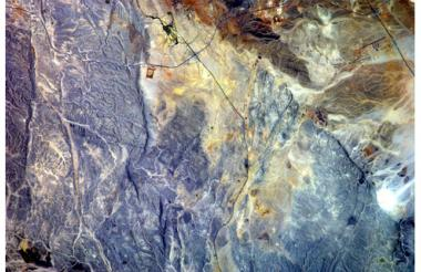 Una postal de tierras áridas, en egipto. Esta fotografía es un territorio cercano a El Cairo (29.81° N, 31.88° E), en Egipto. Las irregularidades del terreno se aprecian gracias al lente de 180.00 mm de la cámara Nikon de la EEI.