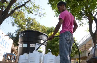 Un habitante del barrio San Jorge se abastece de agua en uno de los tanques instalados en ese sector.